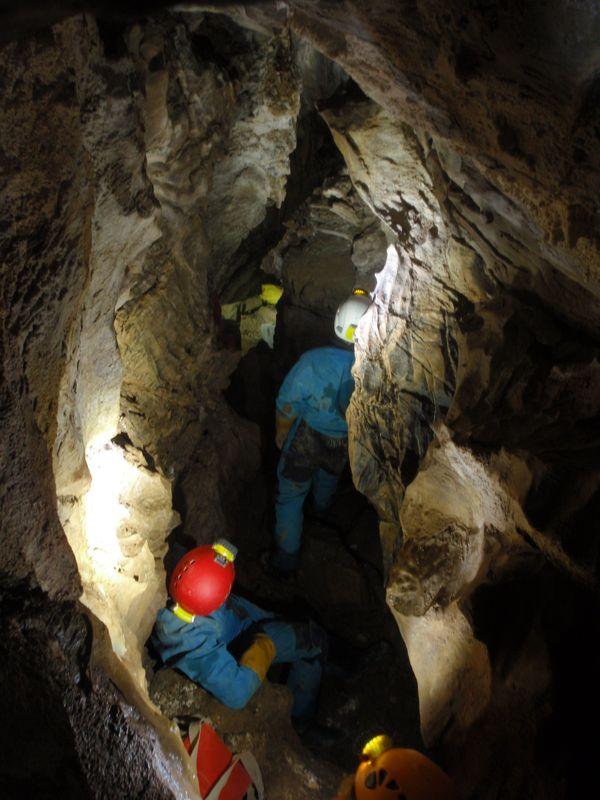 L'entrée basse de la grotte des Portes de la nuit, donne sur une galerie plus confortable.